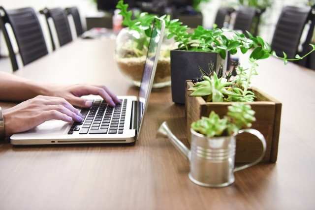 オフィスの机とパソコン