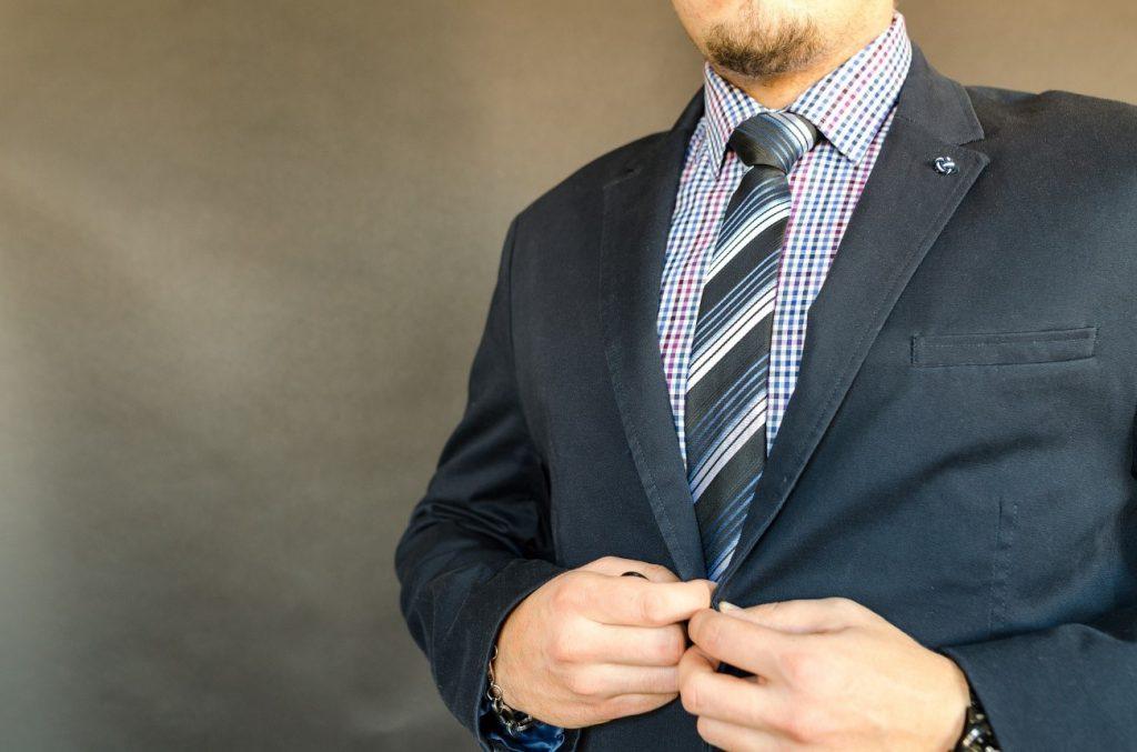 スーツ姿の就活生