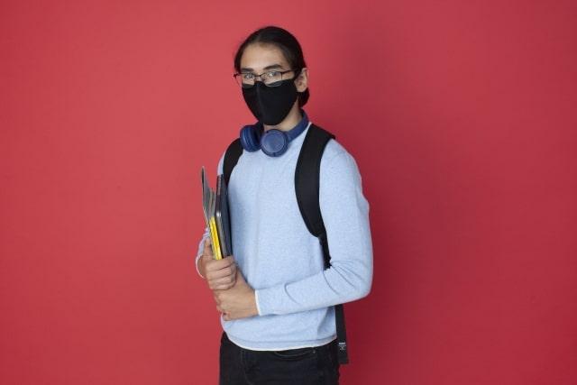 マスクした女子学生