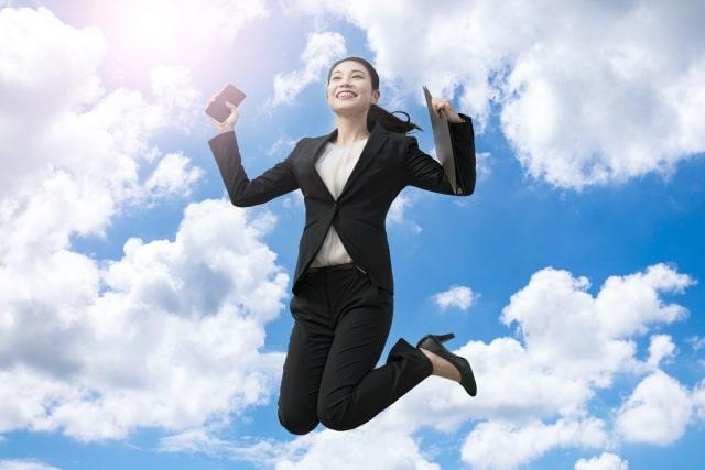 飛び跳ねる女子学生