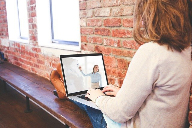 パソコンと女子学生