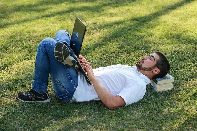 リラックスする男子学生